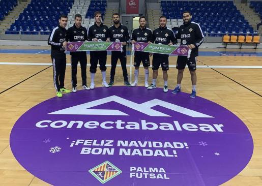 Varios jugadores del Palma Futsal posan con la bufanda que se entregará en el partido ante el Córdoba.