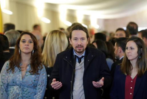 El líder de Unidas Podemos, Pablo Iglesias (c), junto a las diputadas Noelia Vera (i) y Ione Belarra (d).
