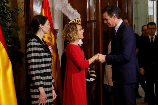 El presidente del Gobierno en funciones, Pedro Sánchez. saluda a las presidentas del Congreso y del Senado, Meritxell Battet y Pilar Llop, respectivamente, a su llegada al Congreso de los Diputados.
