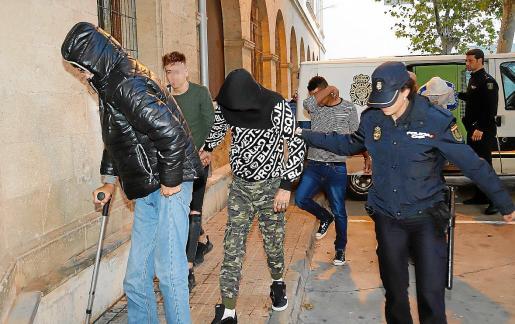 Los detenidos, con pantalón militar y con jersey a rayas, pasaron ayer a disposición judicial.