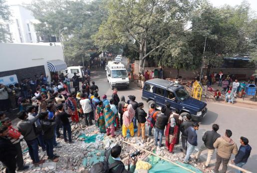 Un vehículo conduce el cadáver de la joven hasta su residencia en Nueva Delhi.