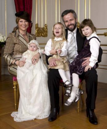 Imagen de archivo de la princesa Marta Luisa de Noruega (i) y de su esposo, Ari Behn (2d), con sus hijos Emma Tallulah Behn, Leah Isadora Behn (c) y Maud Angelica Behn (d).