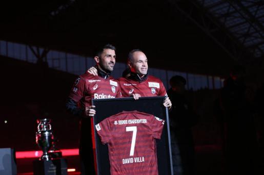 David Villa, junto a Andrés Iniesta durant el homenaje que le ofreció el Vissel Kobe.