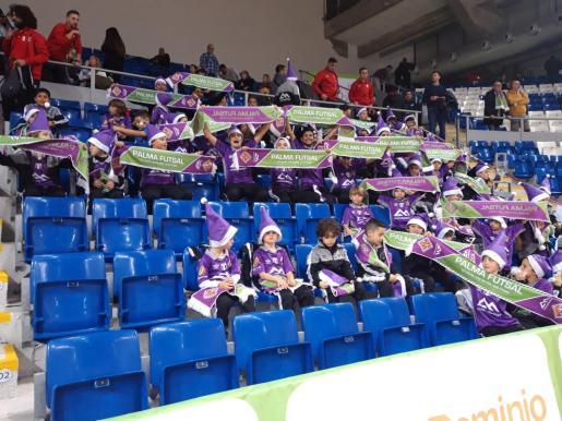 Los jóvenes aficionados del Palma Futsal posan con las bufandas especiales en el duelo ante el Córdoba.