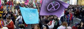 Manifestantes bloquean la Gran Vía para exigir a la COP25 que tome acciones efectivas