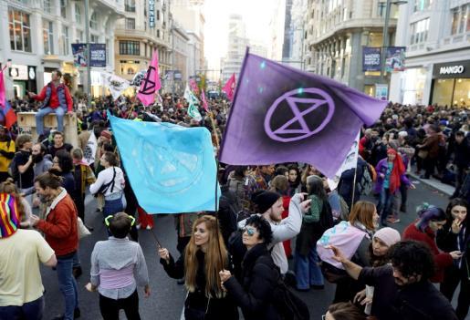 Manifestantes exigen a los gobiernos y organizaciones que asisten a la Cumbre del Clima (COP25) soluciones.
