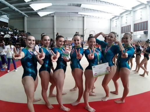 Las gimnastas del Xelska celebran su segunda posición en la Liga Iberdrola de Salt.