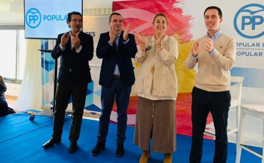 En la imagen Biel Company, José Manuel Ruiz, Luisa Jiménez y Llorenç Galmés. La renuncia de Ruiz tras los malos resultados ha abierto una brecha en el partido. La propuesta de que sea Jiménez la que tome las riendas ha provocado un grave malestar en el seno de los populares.