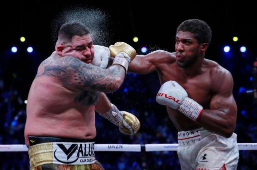 Anthony Joshua (derecha) golpea el rostro de Andy Ruiz durante el combate de este sábado.