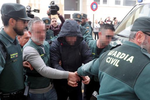 El sospechoso de la muerte de Marta Calvo, Jorge Ignacio P.J., de 38 años, a su llegada al Juzgado 6 de Alzira (Valencia), que se encargará de la instrucción del sumario sobre los hechos.