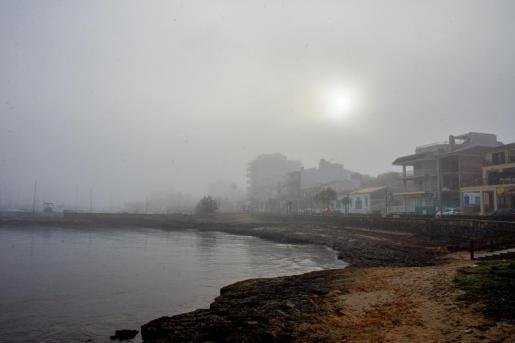 Can Picafort, cubierto de niebla este domingo.