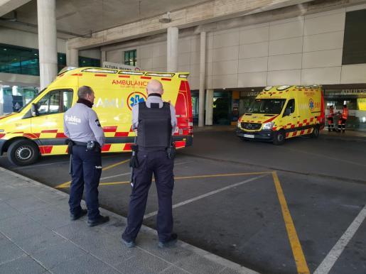 Dos vigilantes de seguridad, frente a los accesos a urgencias de Son Espases.