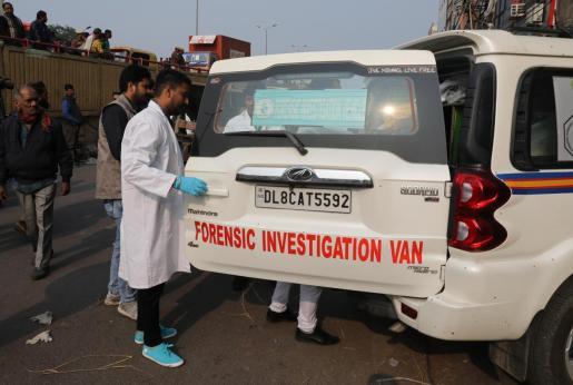 Los forenses, actuando en el incendio en una fábrica de Nueva Delhi.