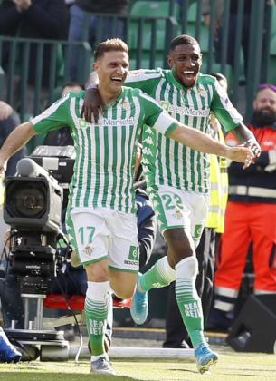 Joaquín y el brasileño Emersoncelebran el tercer gol del capitán bético ante el Athletic de Bilbao, durante el partido de la decimosexta jornada de LaLiga Santander de primera división, que se disputa este domingo en el estadio Benito Villamarín de Sevilla.