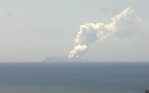 El volcán de Isla Blanca desde Whakatane se encuentra activo y ha fallecido al menos una persona.