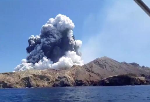 La erupción ocurrió a primera hora de la tarde del lunes con la expulsión de rocas y una gran nube de ceniza sobre la isla de Whakaari, también conocida como White Island.