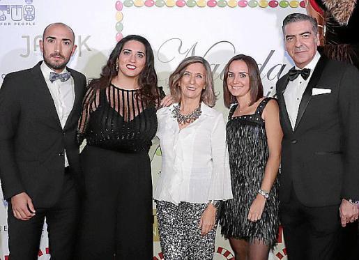 Toni y Gloria Ferrari Pons, Margalida Pons, Laura Medrano y Esteban Mercer.