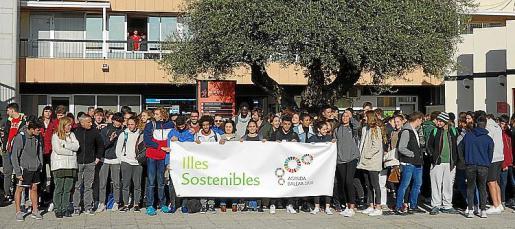 La consellera de Afers Socials i Esports, Fina Santiago, visitó el Centro de Tecnificación Deportiva de las Illes Balears CTEIB donde 150 alumnos desplegaron una pancarta para mostrar su compromiso con los acuerdos que se tienen que lograr en la XXV Cumbre Mundial del Clima de las Naciones Unidas.