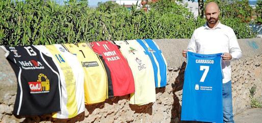 Toni Carrasco posa con las camisetas que ha defendido a lo largo de su carrera deportiva.