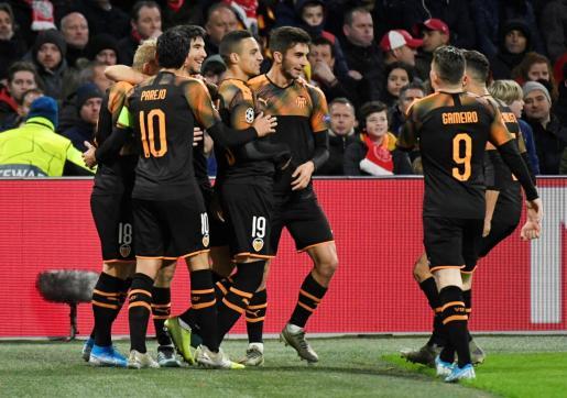 Rodrigo es felicitado por sus comapañeros tras anotar el gol ante el Ajax.