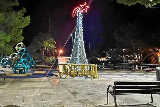 Uno de los árboles que se han colocado en Porto Cristo está en la plaza de l'Aljub.