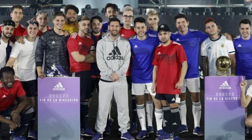 El delantero argentino del FC Barcelona Leo Messi (c), junto a miembros del equipo Mambo FC y de los equipos de eSports La Élite y Team Heretics, durante la presentación de sus nuevas botas este miércoles en la Fira de Barcelona, en un acto que une el fútbol y los eSports.