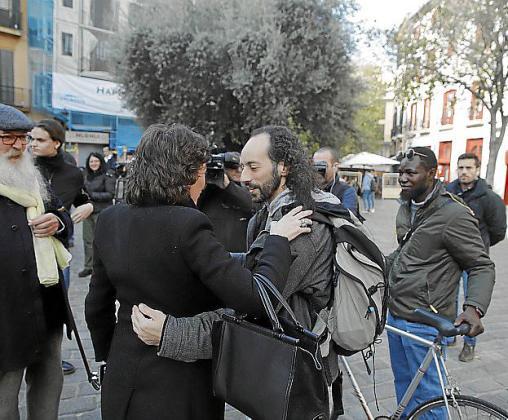 Segura, abrazándose con otra activista.