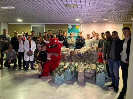 Los jugadores del Mallorca durante su visita a los niños ingresados en los hospitales de la Isla.