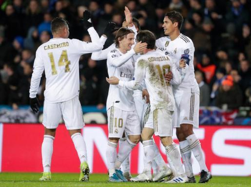 Los jugadores del Real Madrid felicitan a Modric tras conseguir el tercer tanto de los blancos ante el Brujas.