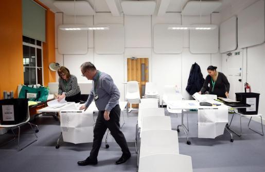 Preparativos en los colegios electorales.