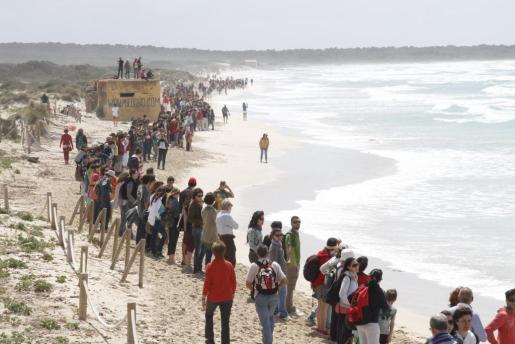 Una «marea humana» se reúne en Sa Rápita para pedir que no se construya hotel.