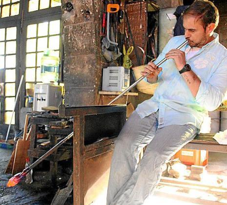 El taller mantiene la tradición de trabajar el vidrio de manera artesanal.