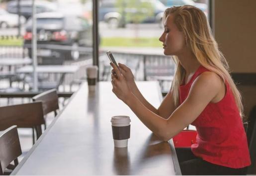 Tanto si tenemos un móvil con Android o iPhone hallaremos la información sobre qué sistema operativo utiliza nuestro teléfono en la sección de Ajustes.