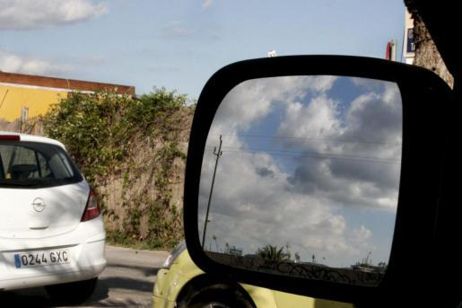 La policía alerta del regreso de la estafa del retrovisor en España.