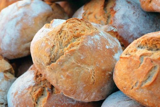 Imagen de unas hogazas de pan recién hechas.