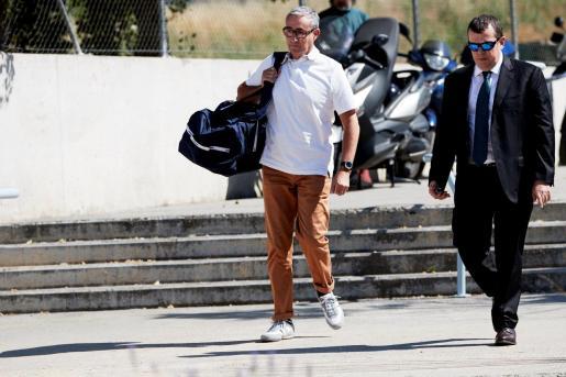 Diego Torres, acompañado de su abogado Gonzalez Peters, durante su ingreso en la cárcel Can Brians.