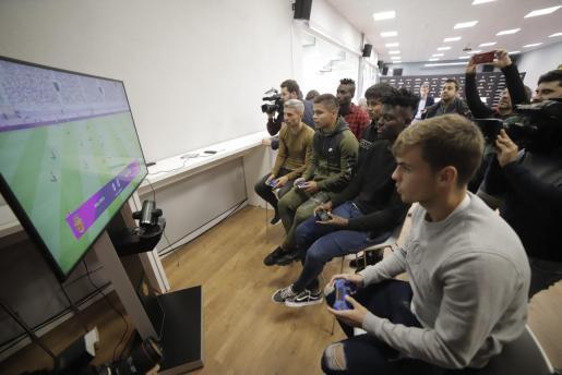 Jugadores y aficionados jugando con el Mallorca en el videojuego presentado este jueves.