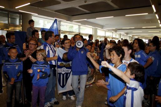 Los aficionados del Atlètic Balears se han dado cita en Son Sant Joan para recibir al equipo.