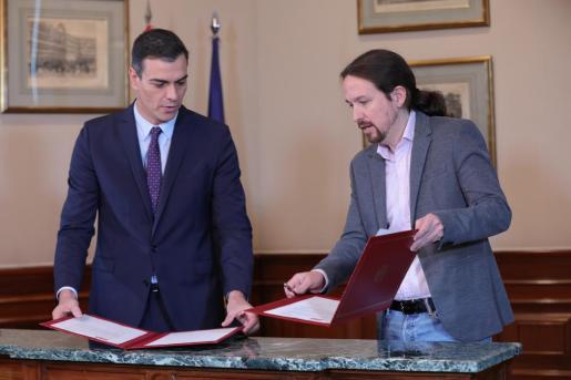 Imagen de archivo del momento de la firma del acuerdo entre Sánchez e Iglesias.