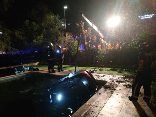 Los bomberos acudieron al lugar y se encargaron de recuperar el vehículo.