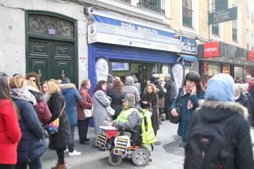 Cola para comprar lotería de Navidad en doña Manolita, una de las administraciones más conocidas de Madrid.