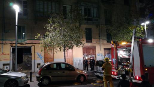 Los bomberos se han personado en las inmediaciones de Can Sales para sofocar el incendio del edificio Asai.