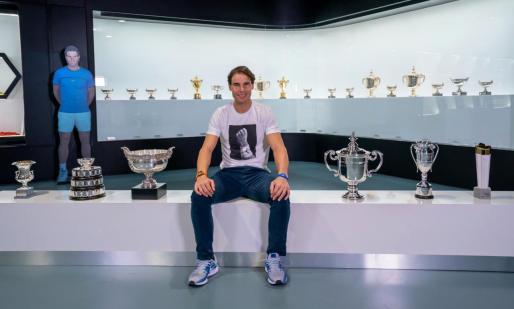 Rafael Nadal posa con los seis trofeos conquistados en el presente año 2019.