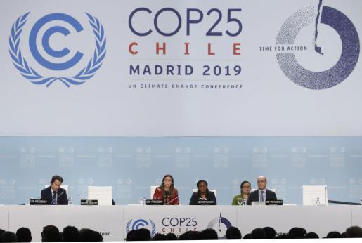 La ministra chilena de Medio Ambiente, Carolina Schmidt (c), preside la sesión plenaria de la Cumbre del Clima COP25, este viernes, en Madrid.