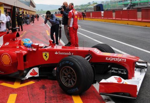El piloto español de Fórmula Uno de la escudería Ferrari, Fernando Alonso, sale del garaje del equipo durante los entrenamientos.