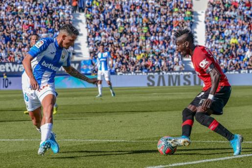 El extremo del Mallorca Lago Junior, que regresa a la lista de convocados, encara a Roberto Rosales, defensa del Leganés durante un partido en Butarque.