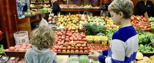 Los niños pueden seguir una dieta vegana si se hace con supervisión y responsabilidad.
