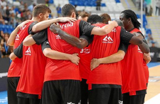 Los jugadores del B the travel brand Mallorca Palma se abrazan minutos antes de iniciarse un reciente partido de liga regular en el Palau d'Esports de Son Moix durante esta temporada.