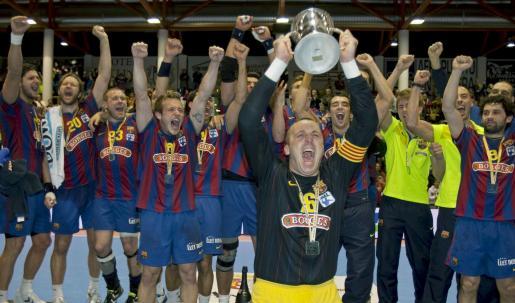 El portero y capitán del FC Barcelona, David Barrufet (delante), levanta ante el resto de sus compañeros el trofeo que acredita al conjunto azulgrana como campeón de la Copa del Rey de balonmano.