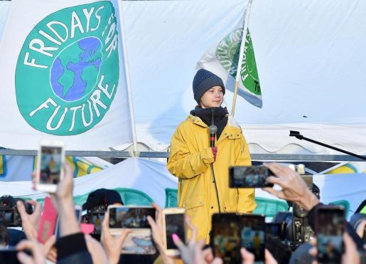 """La activista medioambiental sueca Greta Thunberg lidera la manifestación convocada como cada viernes por el movimiento juvenil Fridays For Future (FFF), en la Plaza de Castello de Turín (Italia), donde pidió que 2020 sea """"el año de la acción"""" en el que los jóvenes consigan que se reduzcan las emisiones de gases contaminantes a la atmósfera."""